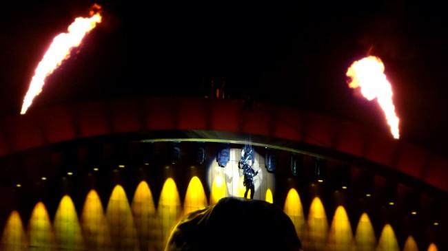 Robbie kommt zu Beginn der Show vom oberen B�hnenrand eingeschwebt