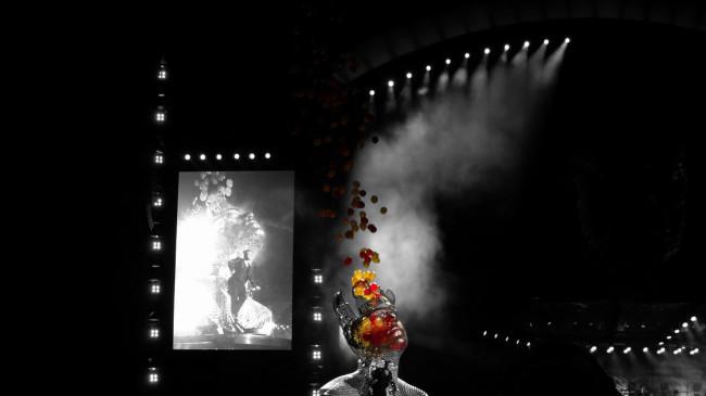 Zahlreiche Special-Effects hatte die B�hnenshow zu bieten. Die �berdimensionalen K�pfe fuhren �brigens auf der B�hne hin und her.