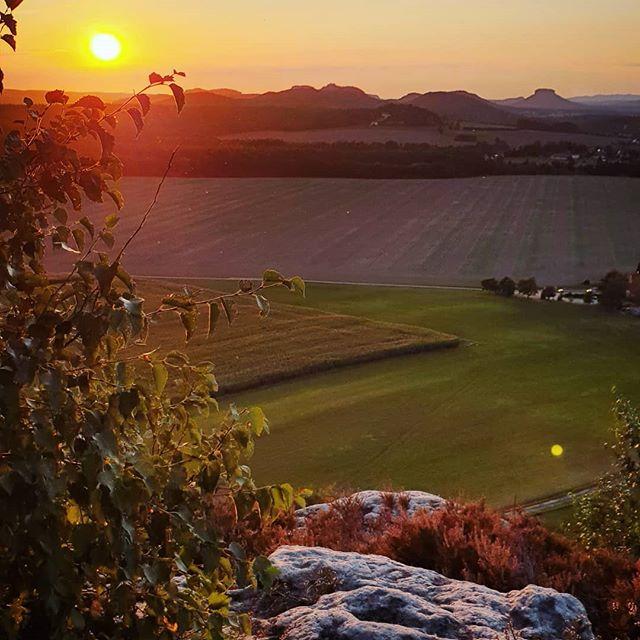 Ein schöner Sonnenuntergang und eine schöne Aussicht vom #Zirkelstein auf die #sächsischeschweiz und das #elbtal #sunset